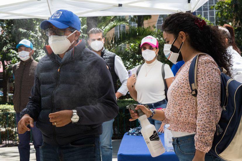 Asistentes con mascarilla a un mitin electoral del PAN en Miguel Hidalgo Ciudad de M